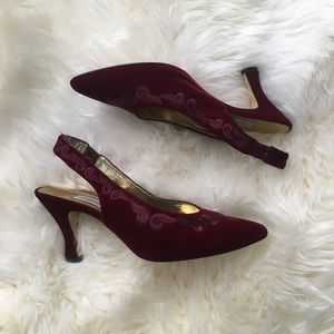 Vintage Carriage Court embroidered heels